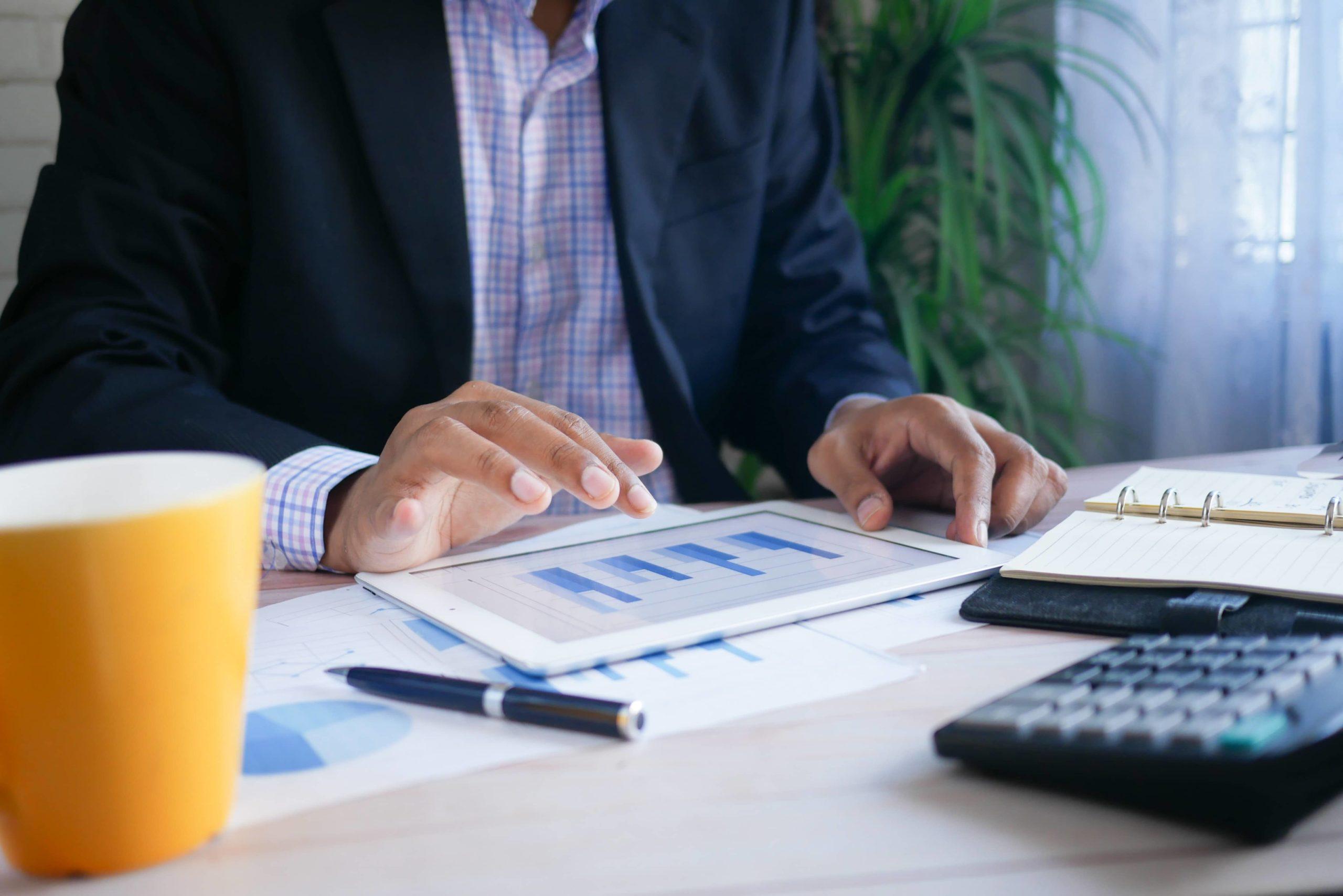 homme-analyse-finance-sur-tablette